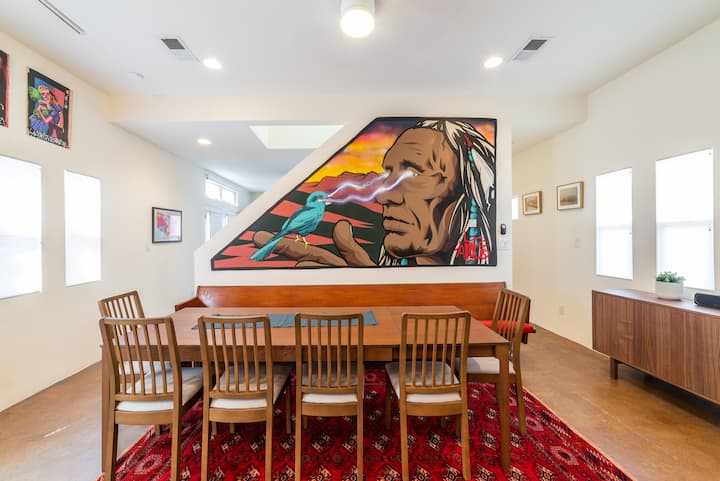Sunny & private townhouse full of art Downtown