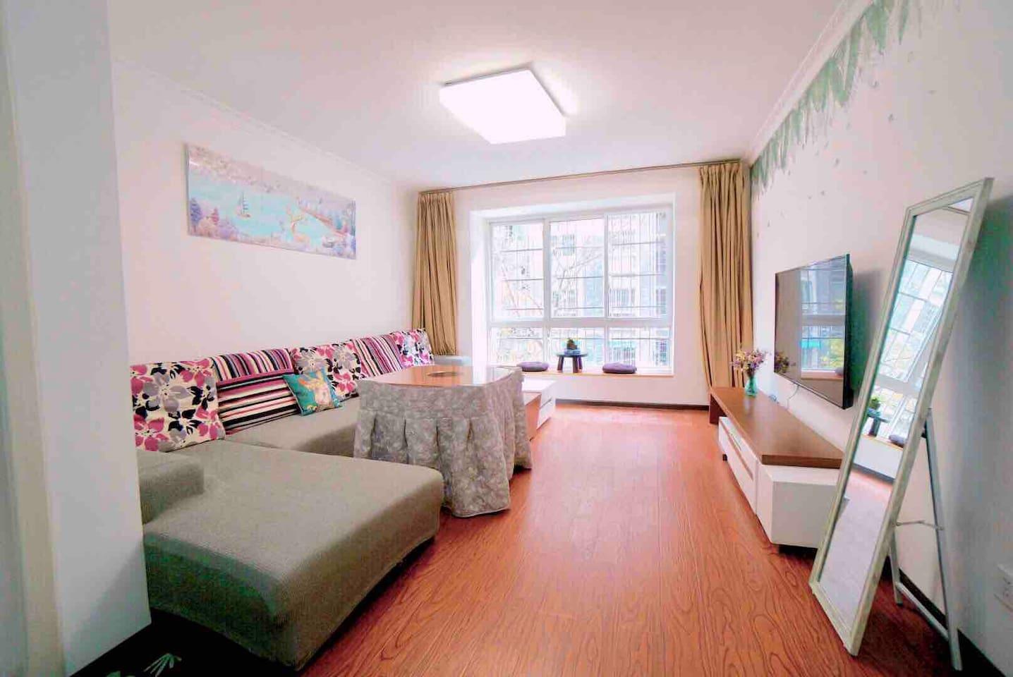 宽敞的大客厅配备宽大的沙发和55寸小米大彩电,冬天还配有一张取暖桌