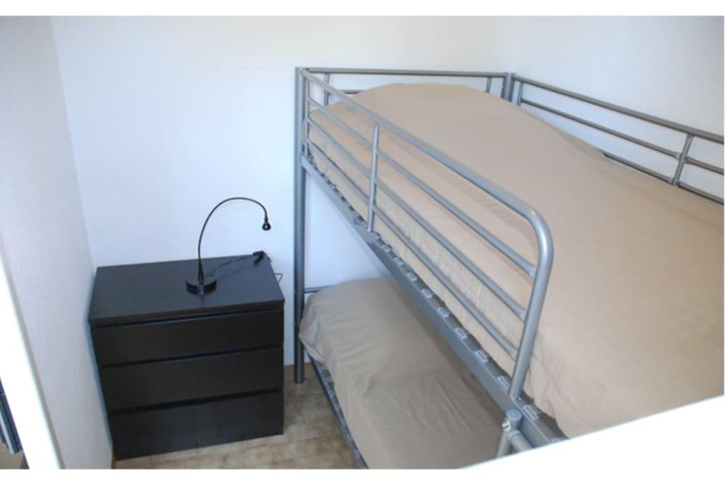 Petite chambre avec lits superposés