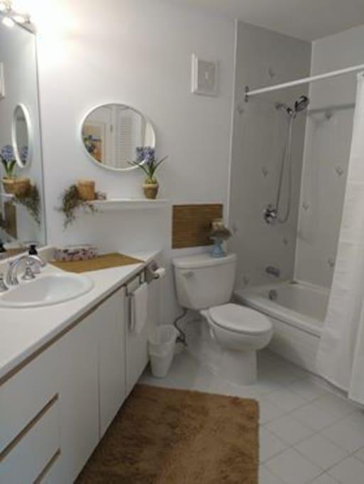 Salle de bain très propre et spatieuse.