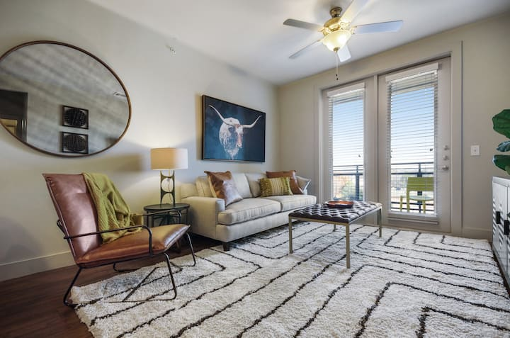 Modern condo w/pool, private washer/dryer - 2 miles from downtown