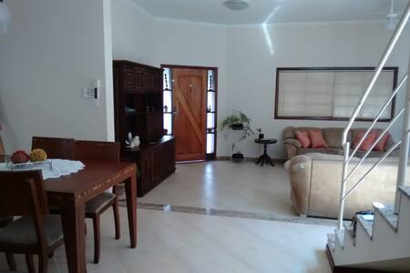 Casa aconchegante, mobiliada, em Guaratinguetá