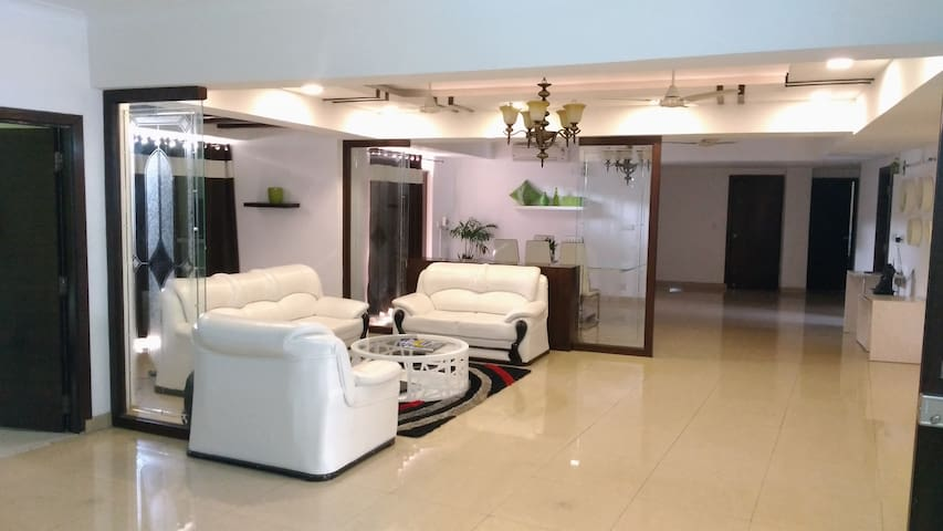 Luxurious/Spacious & Airy 5BHK in Central Gurgaon - Gurgaon - Huoneisto