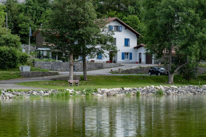 Le Brocheray, face au lac au Rocheray