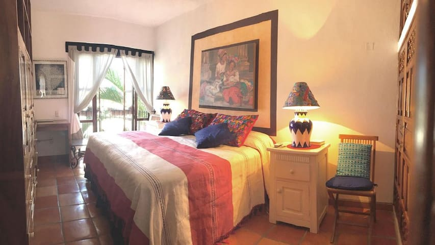 Guest bedroom with king bed / 2 twins