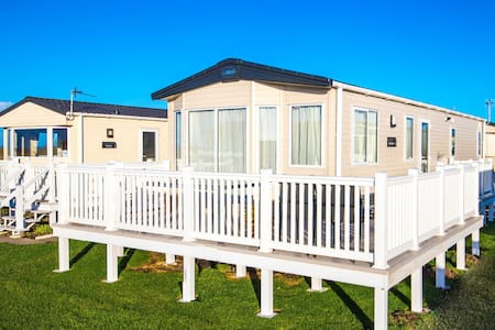 MP122 - Camber Sands Holiday Park - Sleeps 8 + 1 small dog - gated decking + amazing marsh views