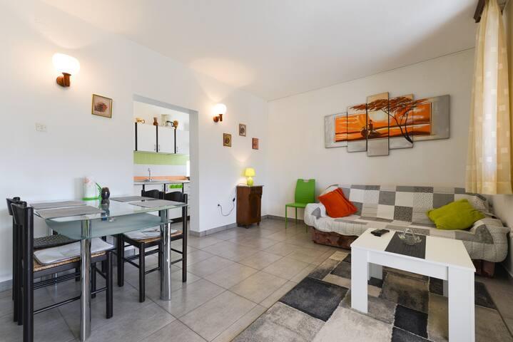 Sunny, spacious apartment Sandra city centre Pag