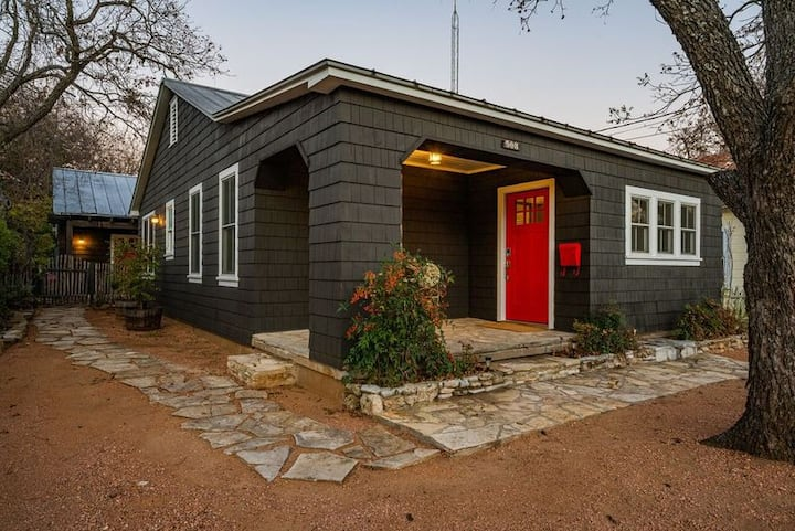 Charming updated cottage with modern amenities!!!