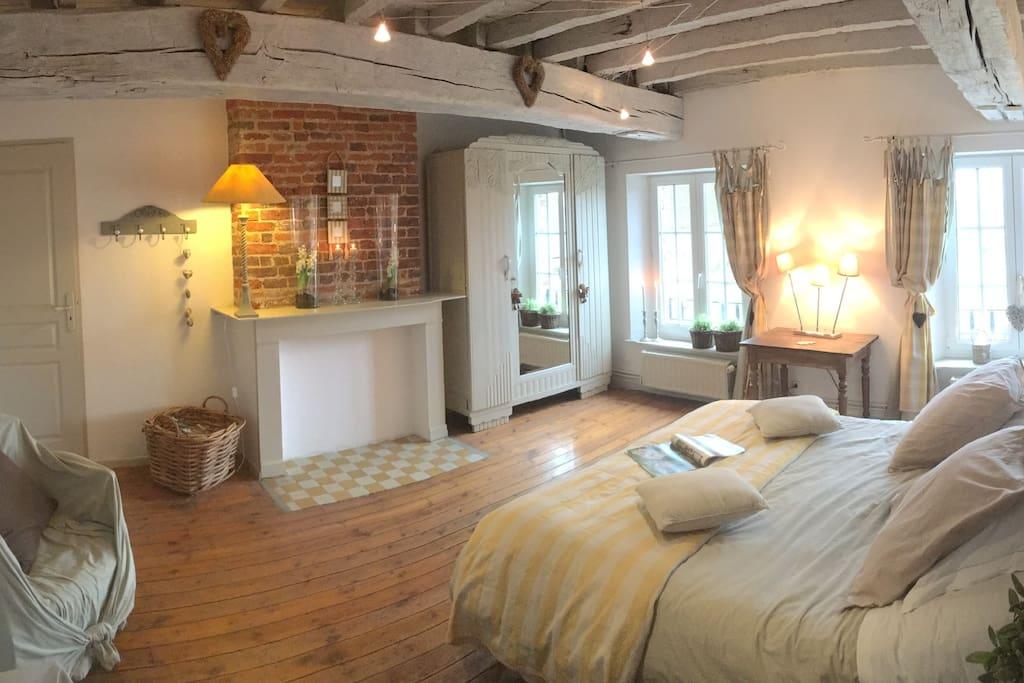 La Mabéjoda : chambre parentale équipée d'un lit en 160x190 avec commandes électriques pour abaisser, redresser ...