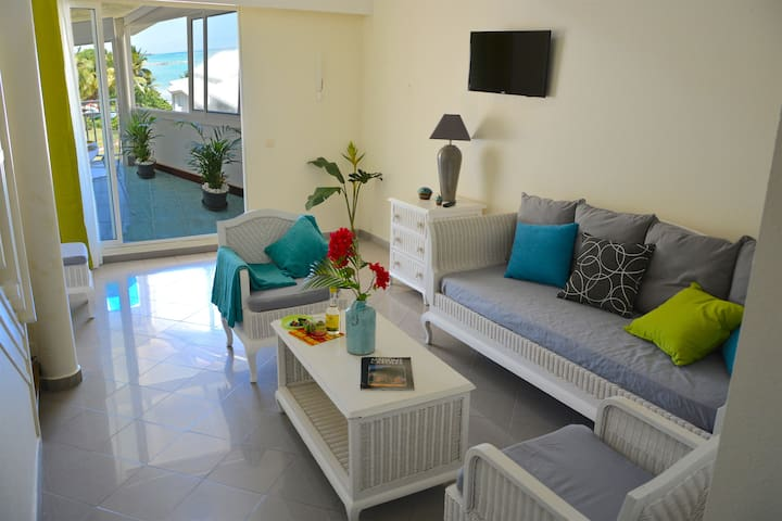 Living area with a beautiful ocean view and a Flat TV-screen