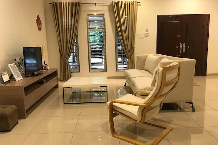 *NEW* Entire house in Tmn Kiambang sleeps up to 12