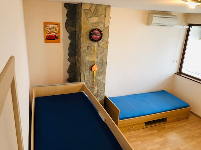 floor 2 room with twin beds-Beds are sized for adults. They can also sleep in adults / can be used for a nursery equipped with air conditioning and a terrace overlooking the sea