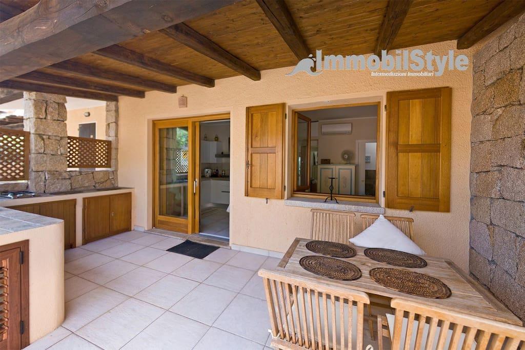 Veranda con cucina esterna