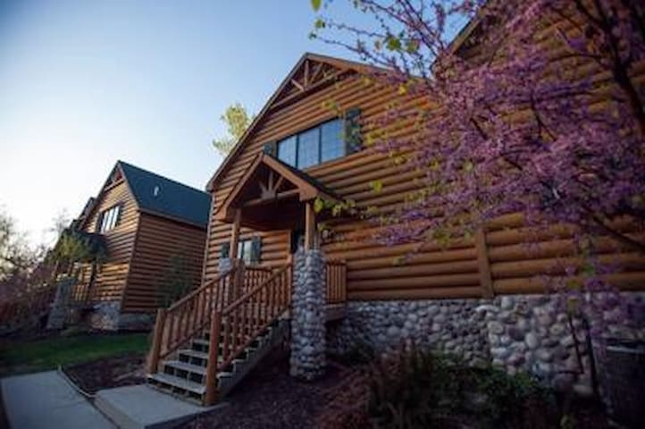 Starved Rock's Newly Renovated Luxury Cabin