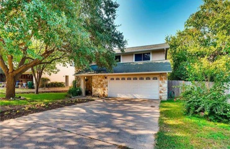 Comfy home with a lot of room 7 miles from DT ATX