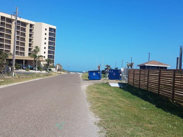 """Casa By The Sea """"Unit C"""" *WALK TO BEACH w/ Pool* - Port Aransas - Ház"""