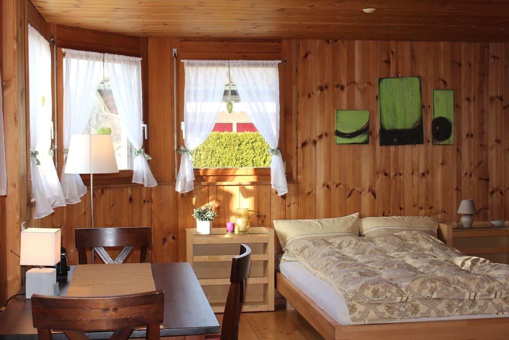 Das Bett ist 1,6m x 2m groß und verfügt über einen hochwertigen Rost und eine sehr gute Matratze