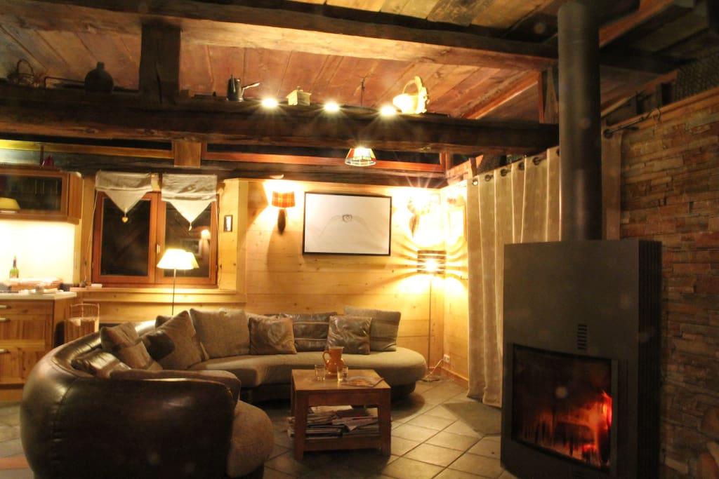 Salon et feu de bois pour des soirées conviviales