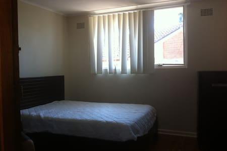 步行到MQ 地板, 双人房, 长租$185一周,包水电宽带 - Marsfield