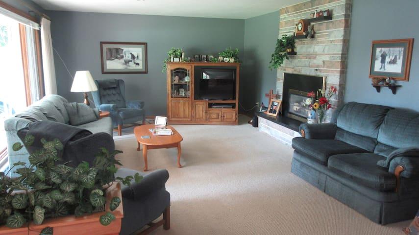 Visit Oshkosh & make this your home away from home - Oshkosh - House