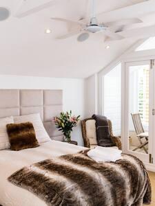 Views, en-suite bathroom, longer stays negotiable