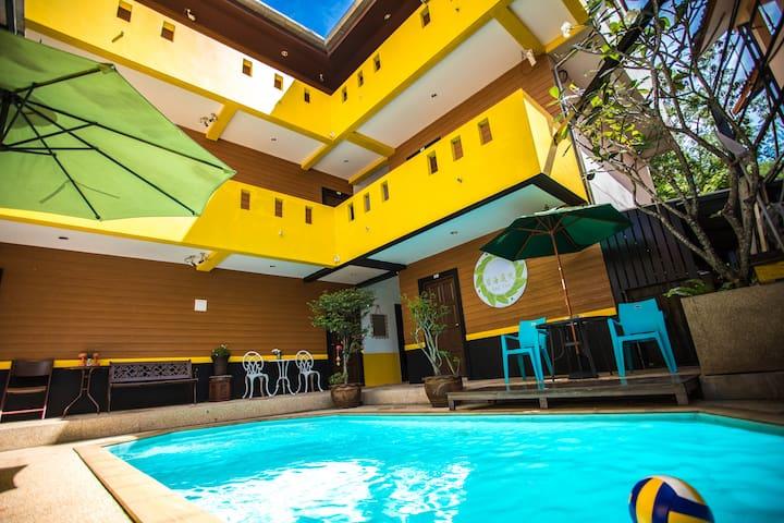 超赞斑赞海鲜市场江西冷芭东海滩中心区泰式泳池公寓超级大床房近便利店连住送一日游有WI-FI