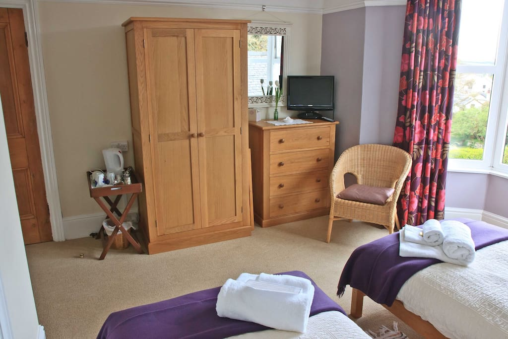 Putsborough: Twin with en-suite shower.