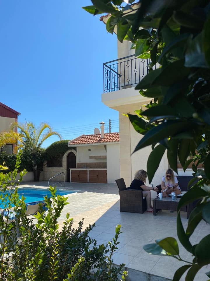 """EPISKOPI VILLA, Luxury 4 Bedroom with Pool"""