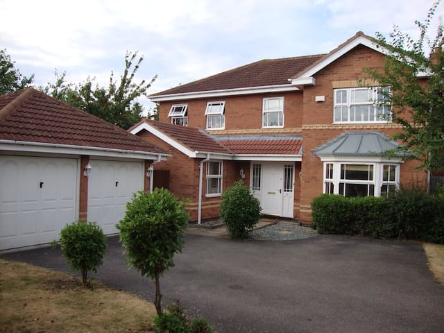 5 Bed House Bedford close to Camb/MK/London/Luton - Elstow - บ้าน