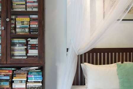 COLOMBO 7 - CHARMING LIBRARY ROOM - Colombo