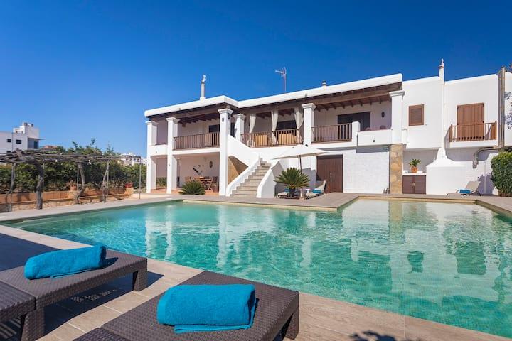 Villa Huerta /centre of Sanan/ pool /tennis court