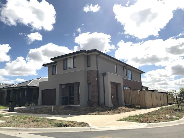 全新的4房3厅双层别墅有1--4房出租,免费WIFI,步行至城轨站 - Williams Landing - Villa