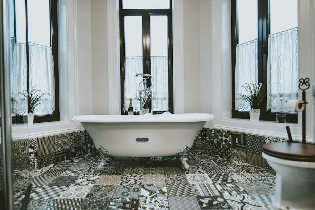 Baño de la habitación con vistas al Río