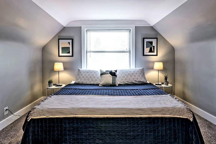 Bedroom 3- King bed, Full bath en suite