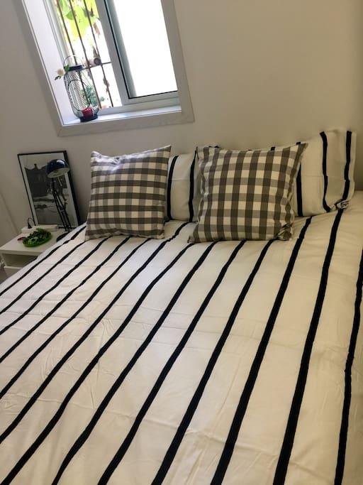 King size bed-super comfy and clean 超大软床-干净温暖