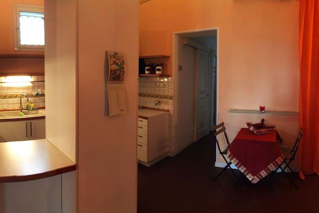 L'appartamento dispone di una spaziosa cucina a disposizione dei nostri ospiti per consumare i loro pasti e dove viene servita la colazione.