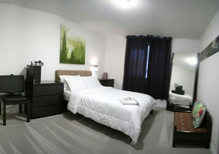Queen Bed, Large Room +Full Private Bath+Breakfast