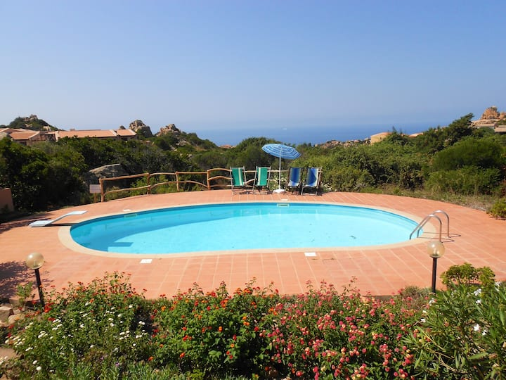 House with 2 bedrooms in Costa Paradiso, with wonderful sea view, shared pool, furnished garden - 2 km from the beach