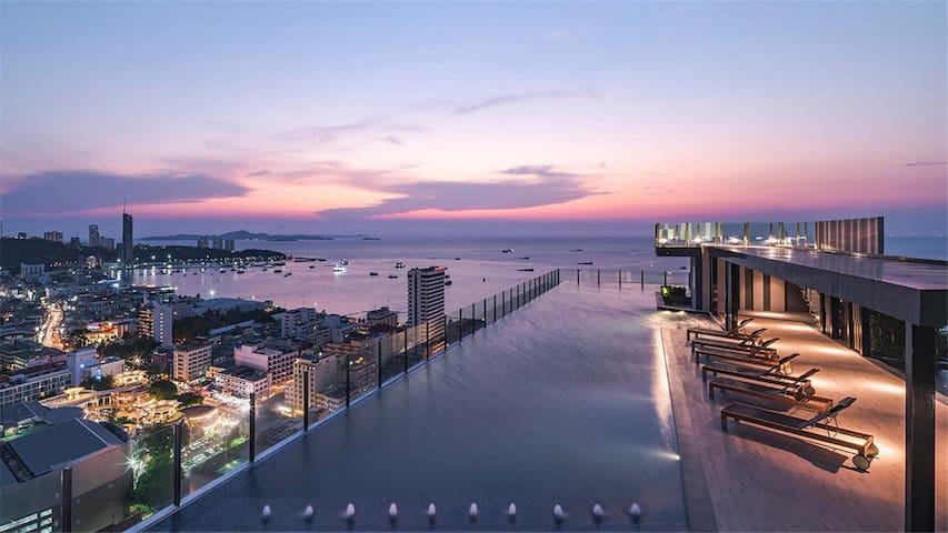 夕阳下A栋31楼的网红天际泳池  我们的单元也在A栋