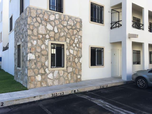 Front view & Parking space/ Vista frontal y espacio de estacionamiento