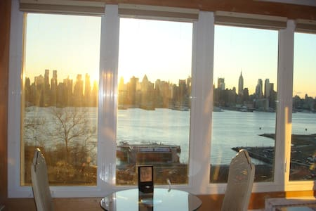 Sunny, Spacious Studio with Breathtaking Views - Weehawken - Appartement