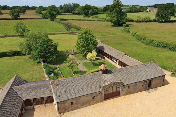 The Cotswold Manor Grange with Hot Tub, Games Barn