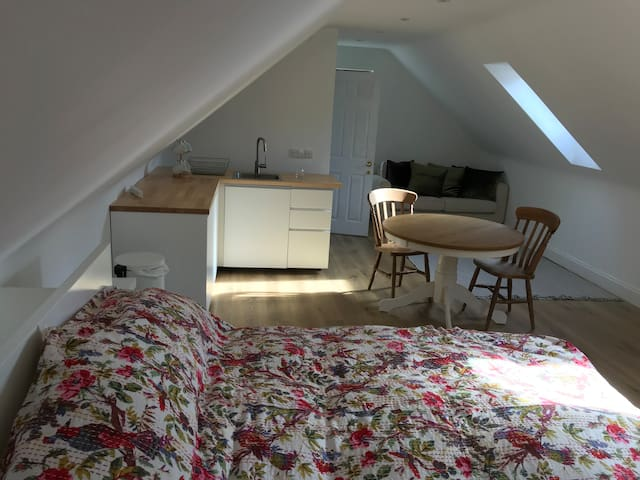 B&B/studio flat in village moments from Cambridge