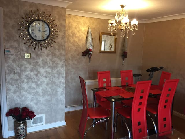 Lovely 3 bedroom house in Slough - Farnham Royal - Casa