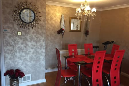 Lovely 3 bedroom house in Slough - Farnham Royal - Ház