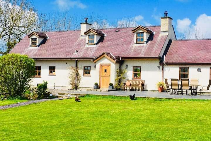 Newborough Coastal Cottage with mountain views