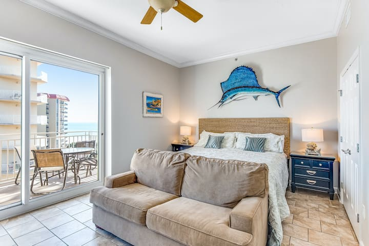 Beachfront Efficiency w/ Free WiFi & Central A/C plus a Shared Pool & Hot Tub
