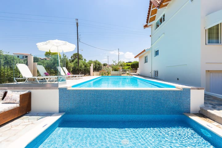 Villa Elihrisos-private heated pool,near the sea