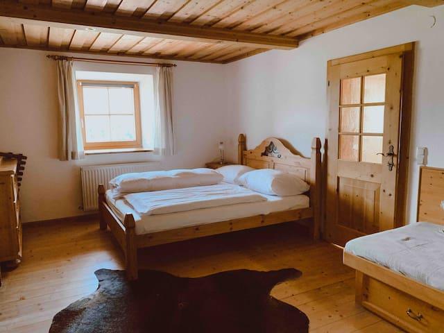 Erstes Schlafzimmer mit einem Doppelbett von einem Tischler gezaubert und daneben ein Einzelbett