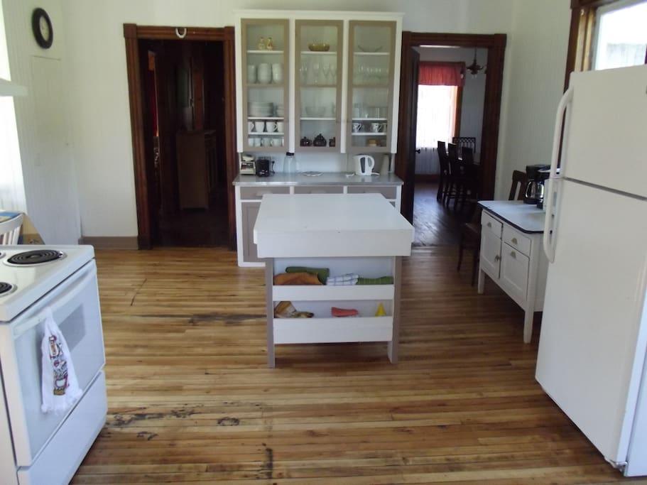 The kitchen / La cuisine